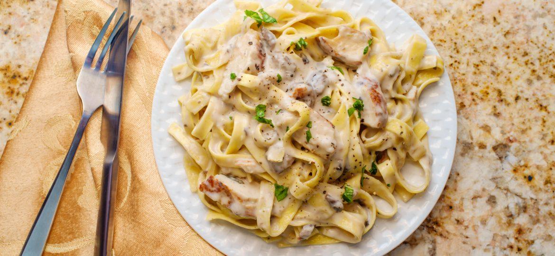 Fettuccine triple: ¡con pollo, carne y jamón!