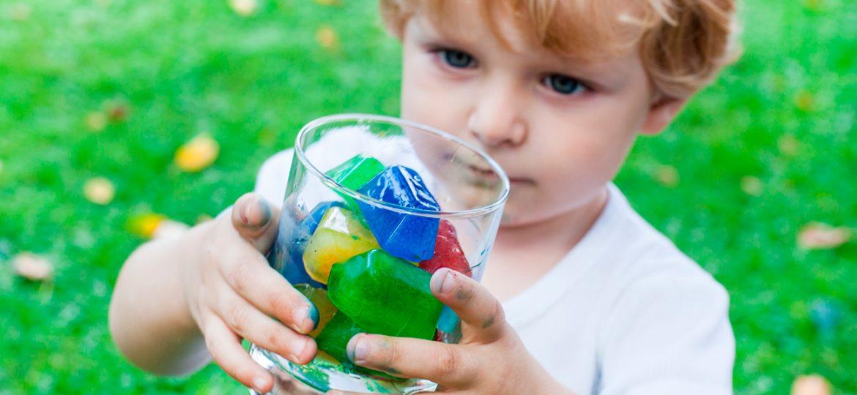 Bebidas divertidas con hielos de colores