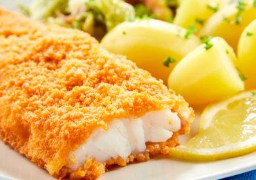 Un increíble filete de pescado con ensalada clásica de aguacate