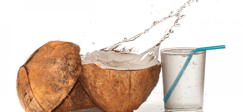 ¡Refrescate y cuida tu salud con agua de coco!