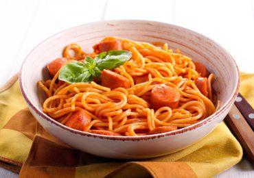 Espaguetis con salchicha y salsa de tomate