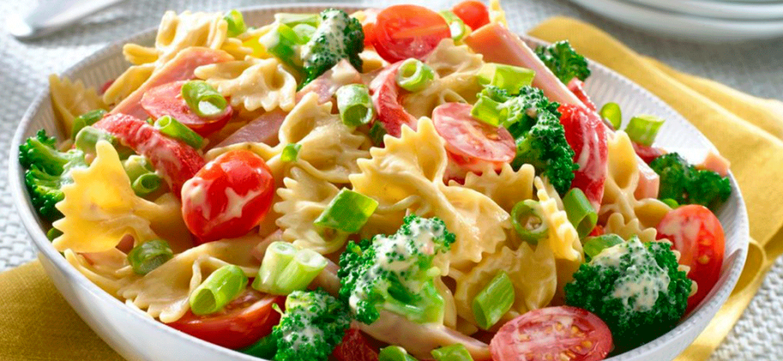 Hagamos una divertida ensalada con lacitos de pasta